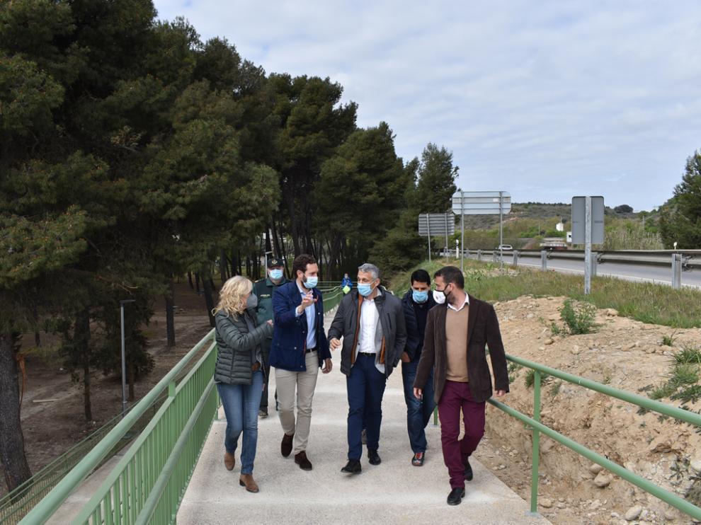 Autoridades visitando esta pasarela que permite a los montisonenses acceder de forma segura al parque de Los Sotos