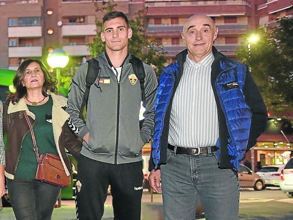 Dani Calvo, junto a sus padres Blanca y Ramón, en la visita del Elche a Huesca la temporada pasada.