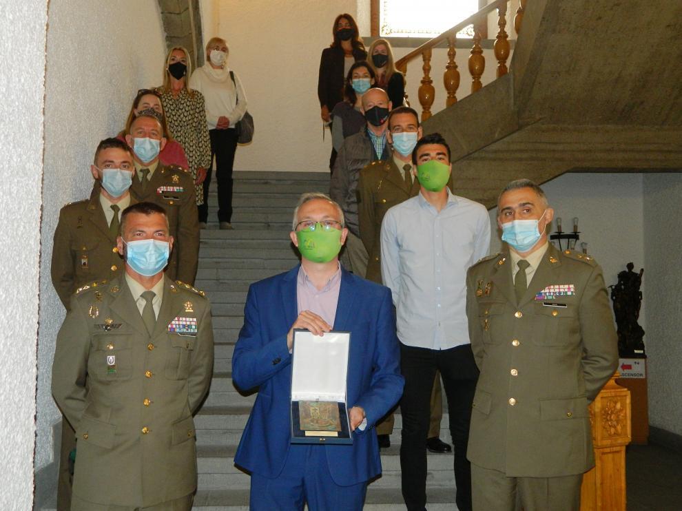 El alcalde de Jaca muestra la placa entregada por la brigada, junto a varios mandos militares, concejales y representantes de la sociedad jaquesa.