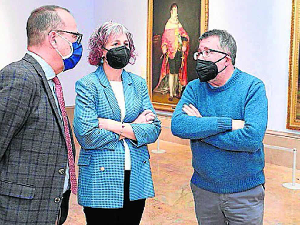 Los consejeros Faci y Esnaola, junto al director del Museo de Zaragoza.