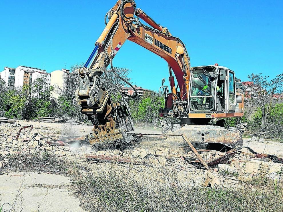 Una máquina trabajando ayer en la retirada de escombros.