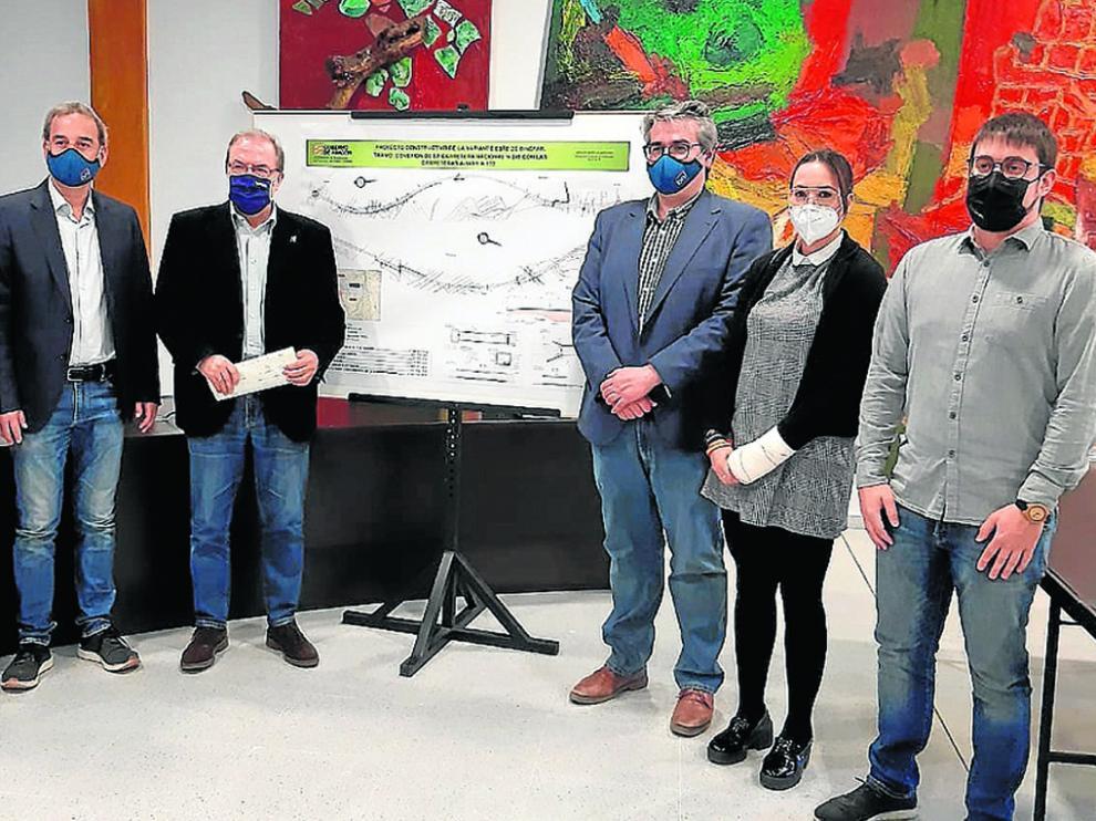 El alcalde y portavoces municipales de Binéfar con Bizén Fuster, ayer junto al plano de la variante.