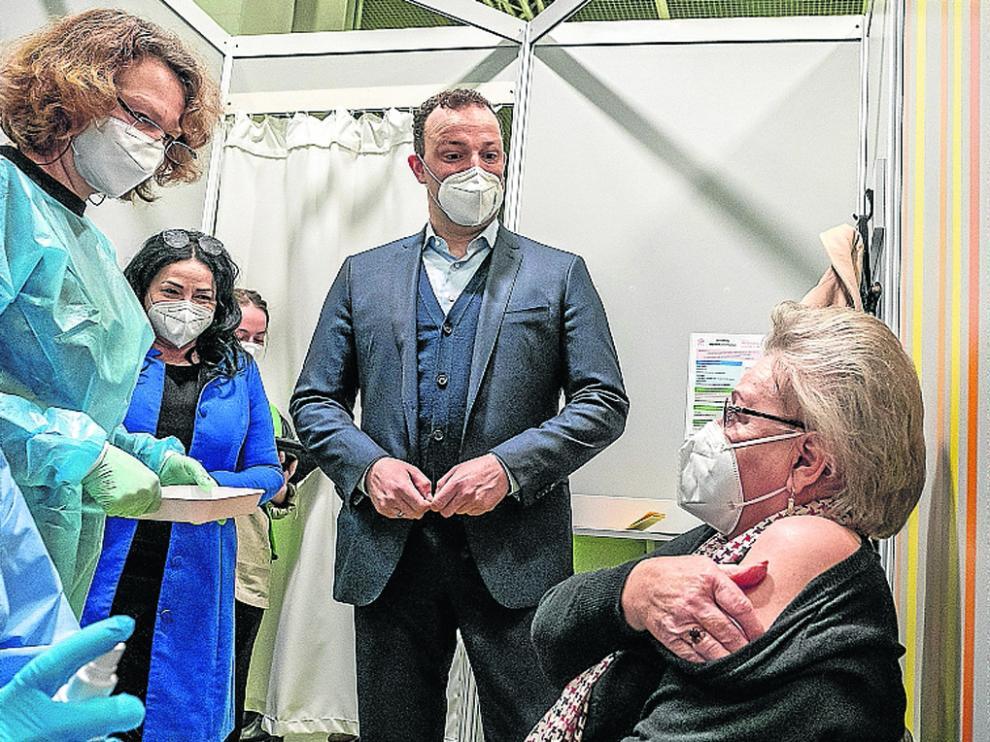 El ministro de Sanidad alemán, Jens Spahn, visitó este lunes un centro de vacunación en Berlín.