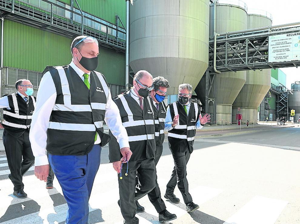 El ministro Escrivá y el presidente Lambán en su visita ayer a la planta de Saica en el Burgo de Ebro.