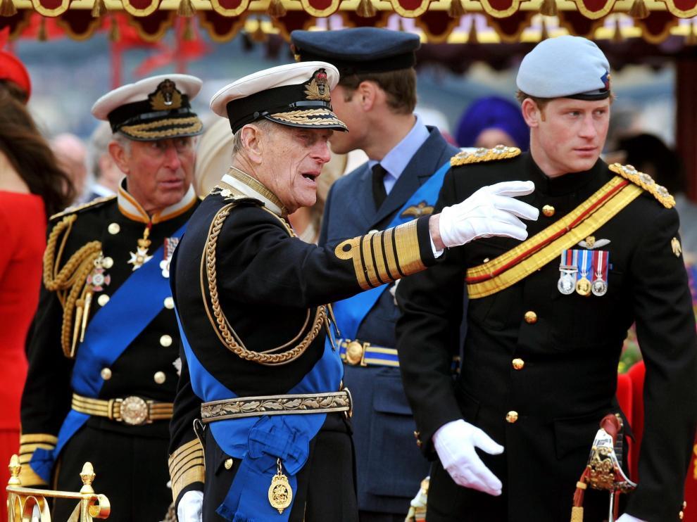El duque de Edimburgo, entre su hijo, el príncipe Carlos y su nieto, el príncipe Harry.