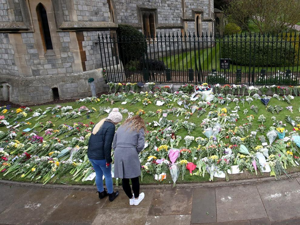 Flores en memoria del esposo de la reina Isabel II en el exterior del castillo de Windsor.