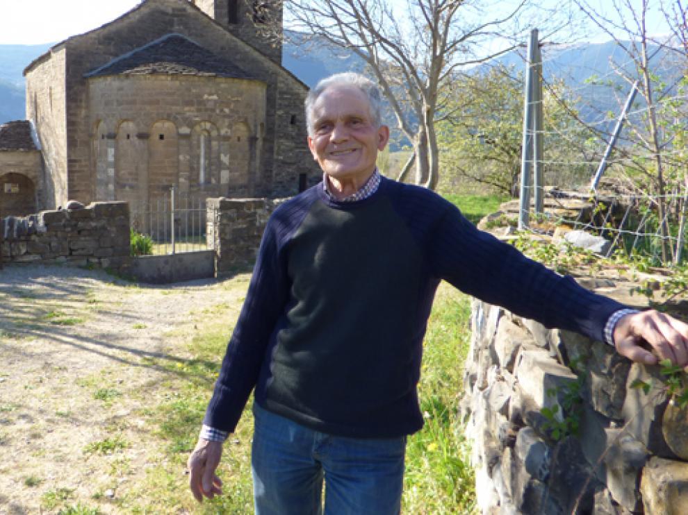 Gregorio Isabal y la iglesia de Santa Eulalia de Orós Bajo al fondo.