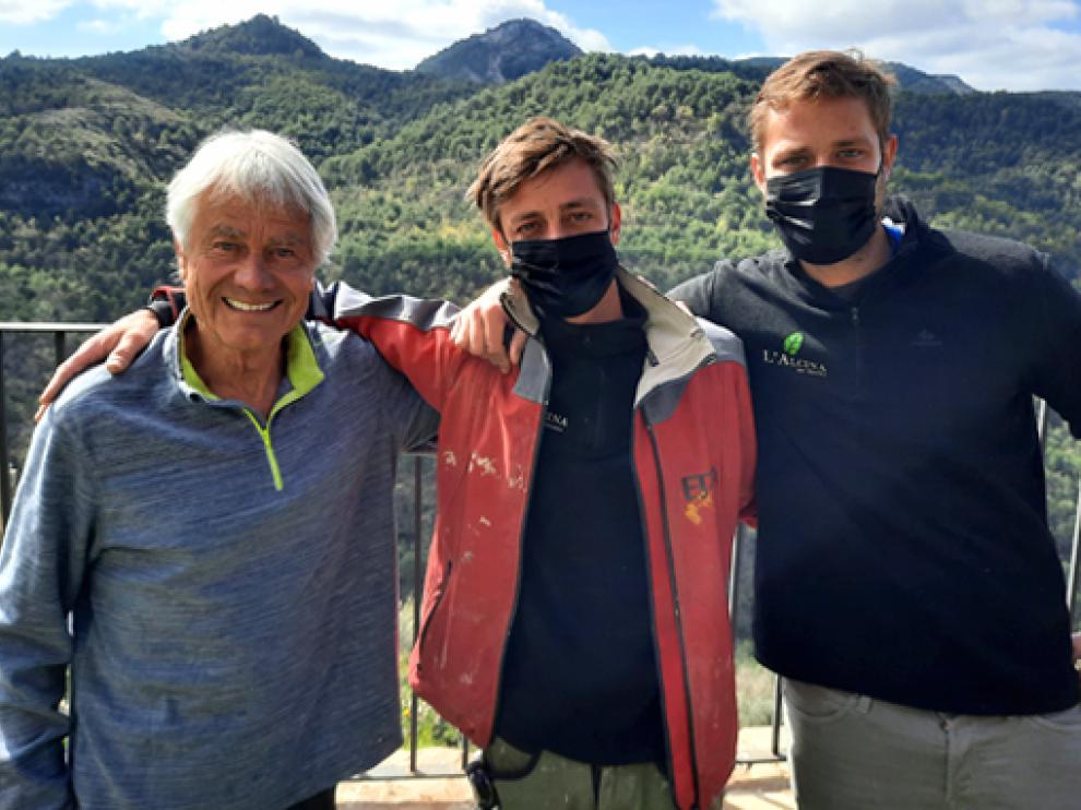 Kurt Fridez (izquierda) con Simón y David Fridez, dos de sus cuatro hijos. Todos nacieron en Pano y, después de estudiar, han regresado y trabajan en la rehabilitación del pueblo en paralelo a su desarrollo turístico.