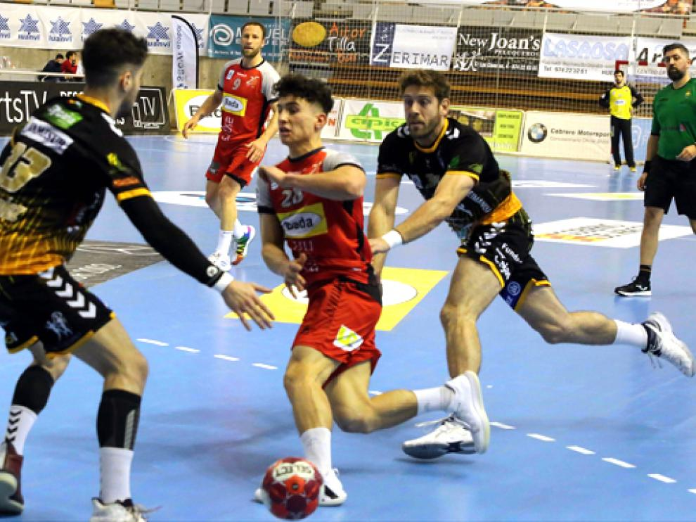 Sergio Pérez pasa un balón al extremo en el encuentro contra Puente Genil.