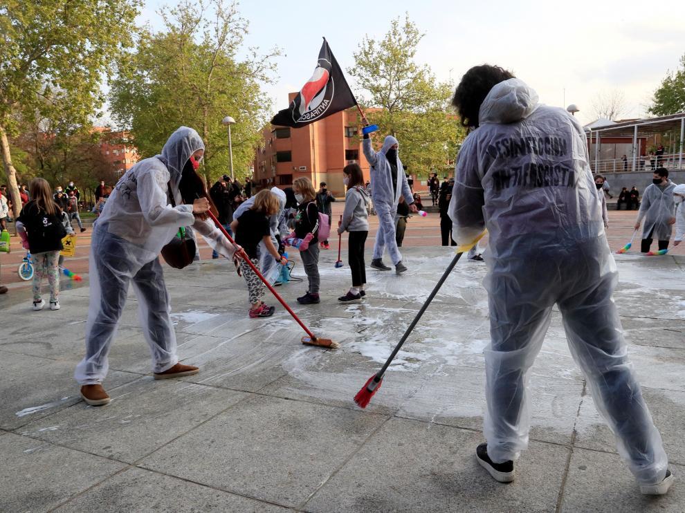 Limpieza tras el acto de Vox en el que hubo incidentes por ataques de radicales violentos.