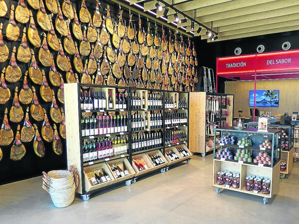 Apetecible aspecto de la tienda con los jamones y los vinos como telones de fondo espléndidos.