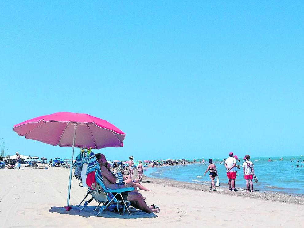 Poca gente en la playa de San Lucar de Barrameda.