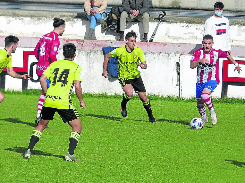 Álvaro Barrero, en la imagen con el balón en el partido de ayer, marcó el gol de la victoria del Barbastro.