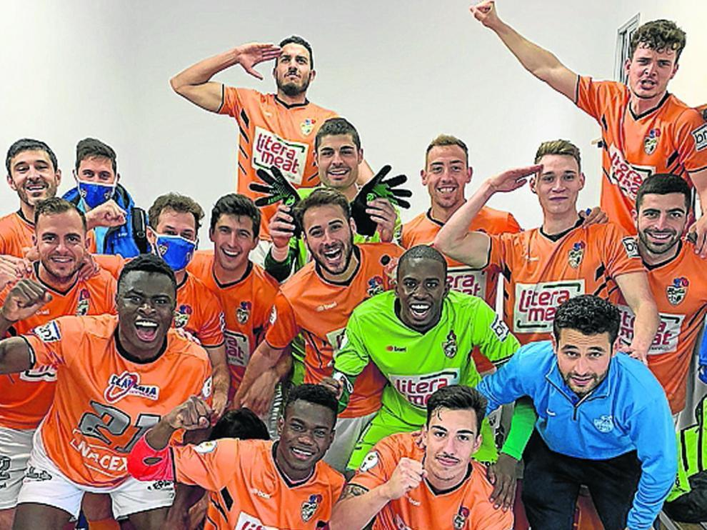 Los futbolistas del Binéfar celebran en el vestuario su victoria de ayer en Borja.