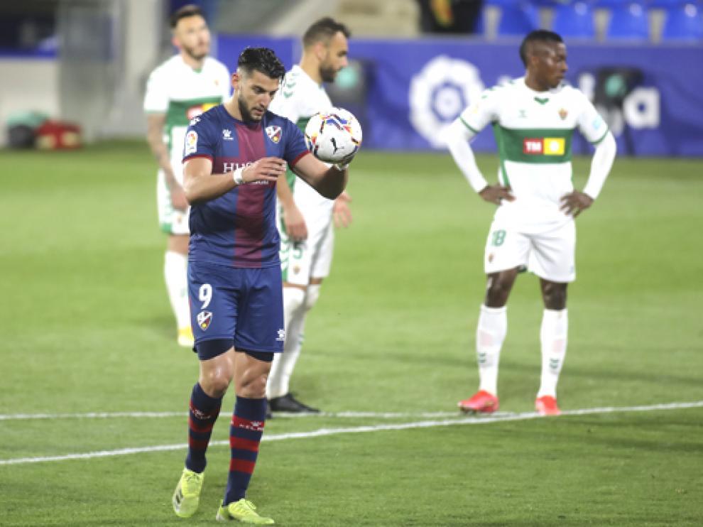 Rafa Mir se convirtió en el máximo goleador del Huesca en Primera División con su doblete al Elche.