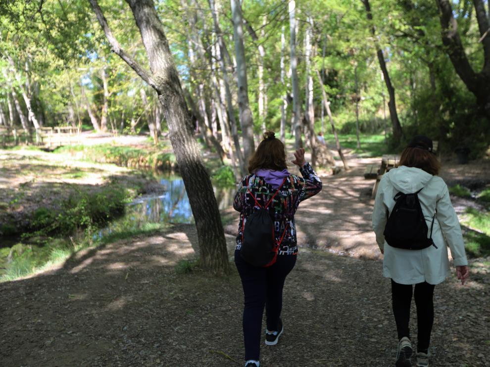Senderistas paseando por el camino de las Fuentes de Marcelo