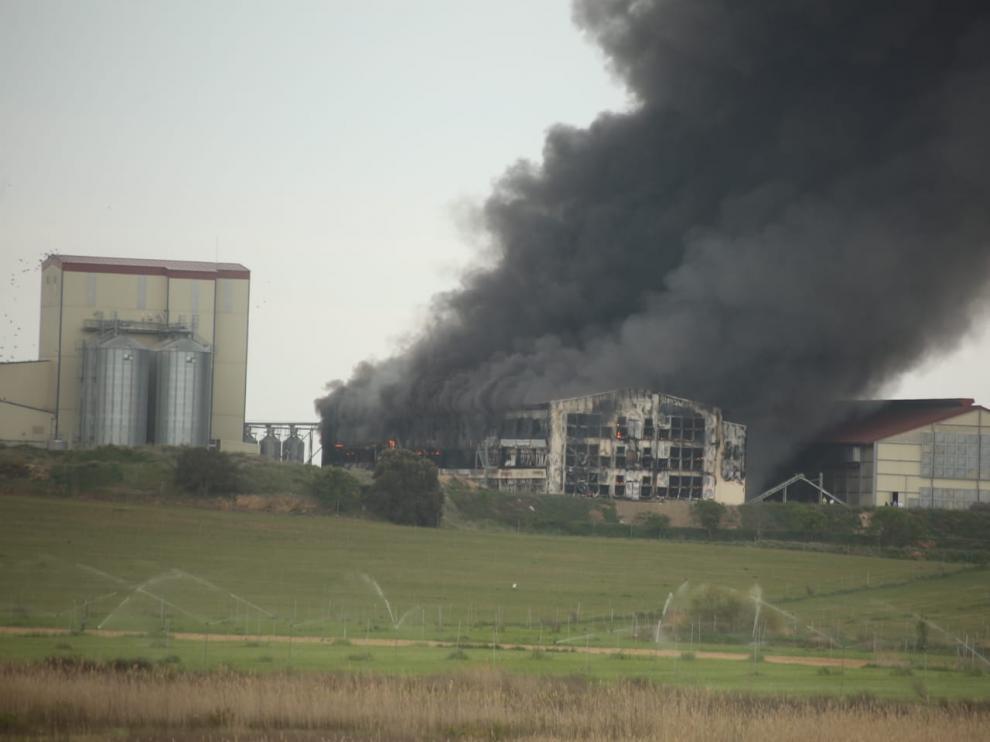 Las llamas han causado una gran cantidad de humo en la nave siniestrada.