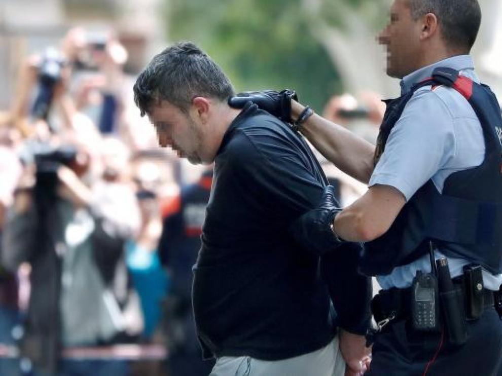 Un mosso conduce al detenido por el asesinato de Laia
