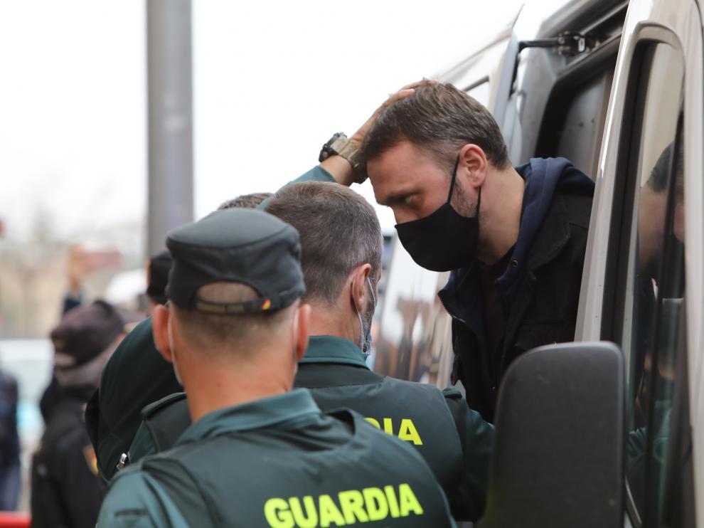 """El acusado Norbert Feher, alias """"Igor el Ruso"""", sale de un furgón de la Guardia Civil a su llegada a la Audiencia Provincial de Teruel."""