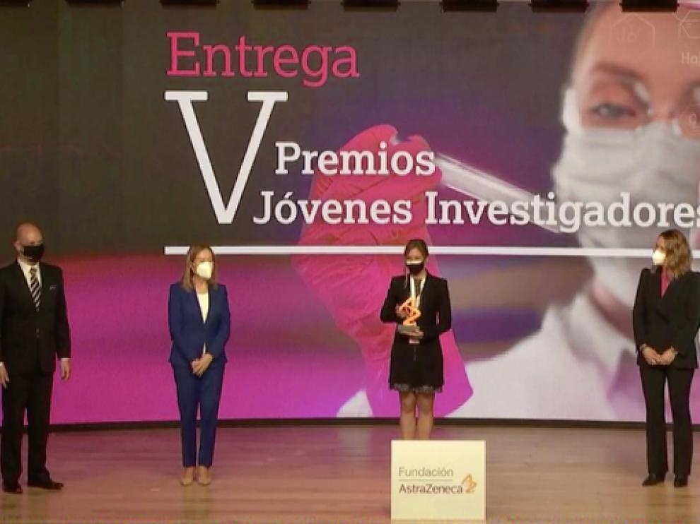 """Ana Pardo Saganta recogiendo el premio en la categoría """"Respiratorio""""."""