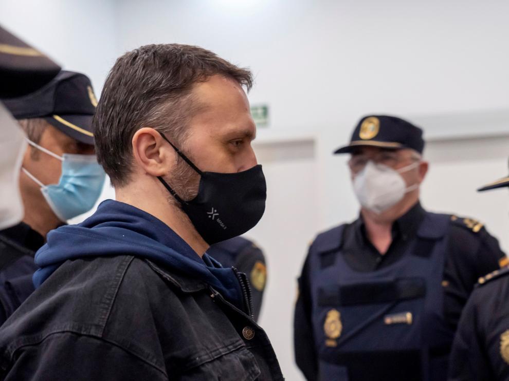 El acusado llega escoltado por la policía a la Audiencia de Teruel.