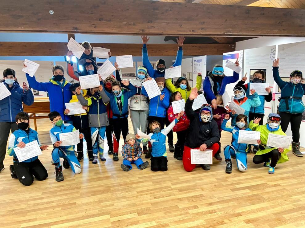 Los jóvenes fondistas recibieron sus diplomas al final de la temporada.