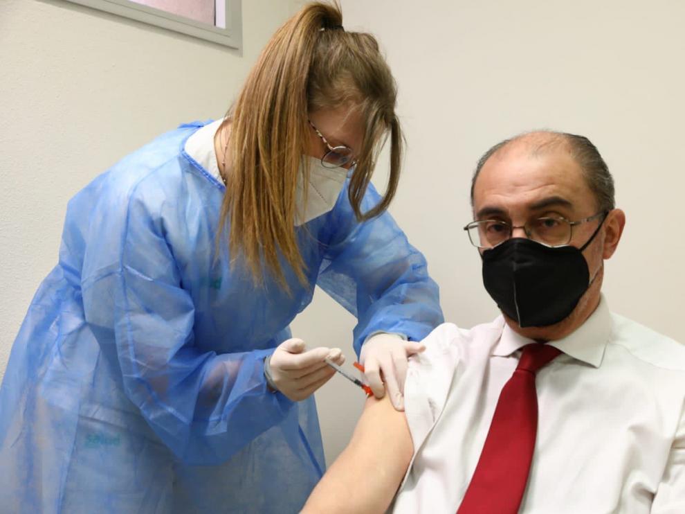 Javier Lambán en el momento de recibir la vacuna.