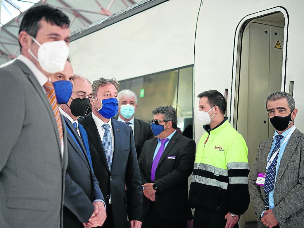 Autoridades en la nueva estación de Canfranc, que recibió el jueves su primer tren.