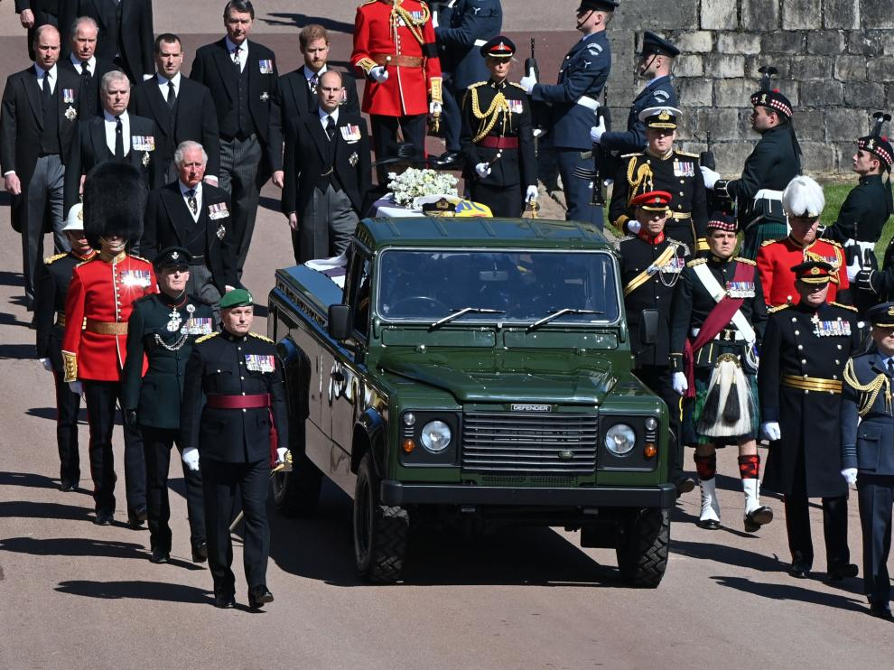 Members of the Royal Family walk behind the hearse, a specially modified Land Rover, during funeral of Britain's Prince Philip, husband of Queen Elizabeth, who died at the age of 99, in Windsor, Britain, April 17, 2021. Justin Tallis/Pool via REUTERS[[[REUTERS VOCENTO]]] BRITAIN-ROYALS/PHILIP