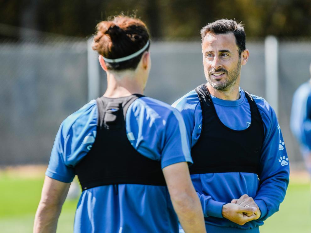 Pedro López habla con Seoane en el entrenamiento de este sábado.