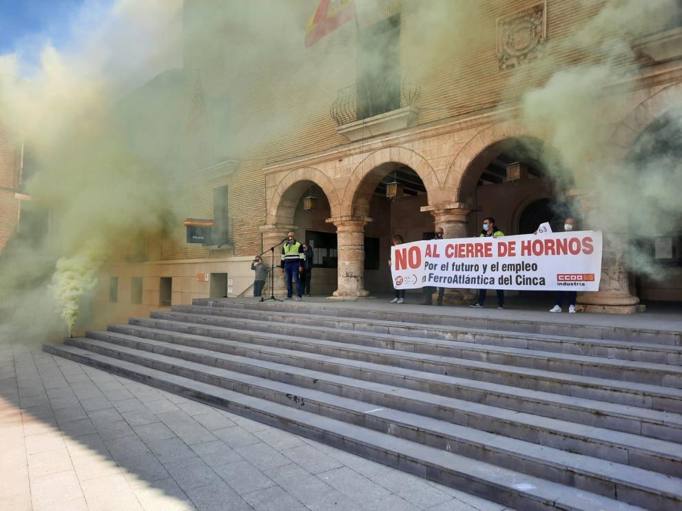 Concentración celebrada ayer en la plaza Mayor de Monzón.