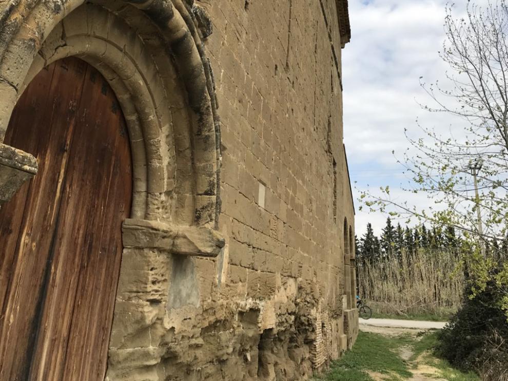 La fachada este del templo está bastante deteriorada.