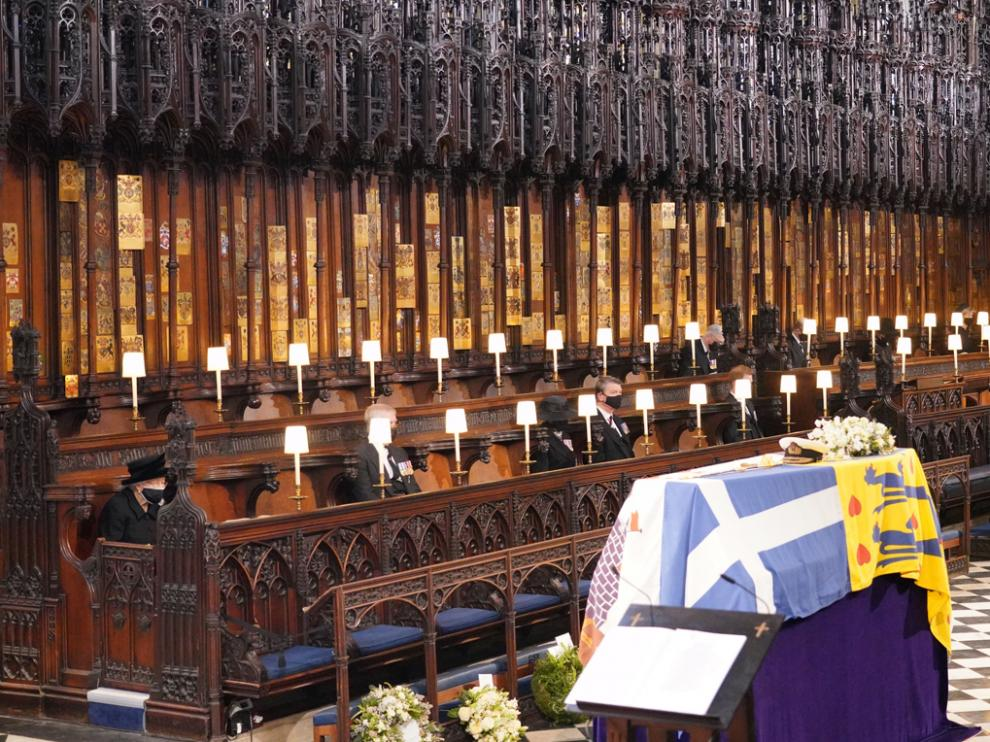 La reina de Inglaterra, Isabel II, a la izquierda, en el primer banco de la capilla de San Jorge en Windsor.