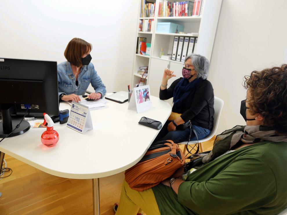 Las consultas y reservas son habituales estos días en las agencias de viajes de la capital oscense.