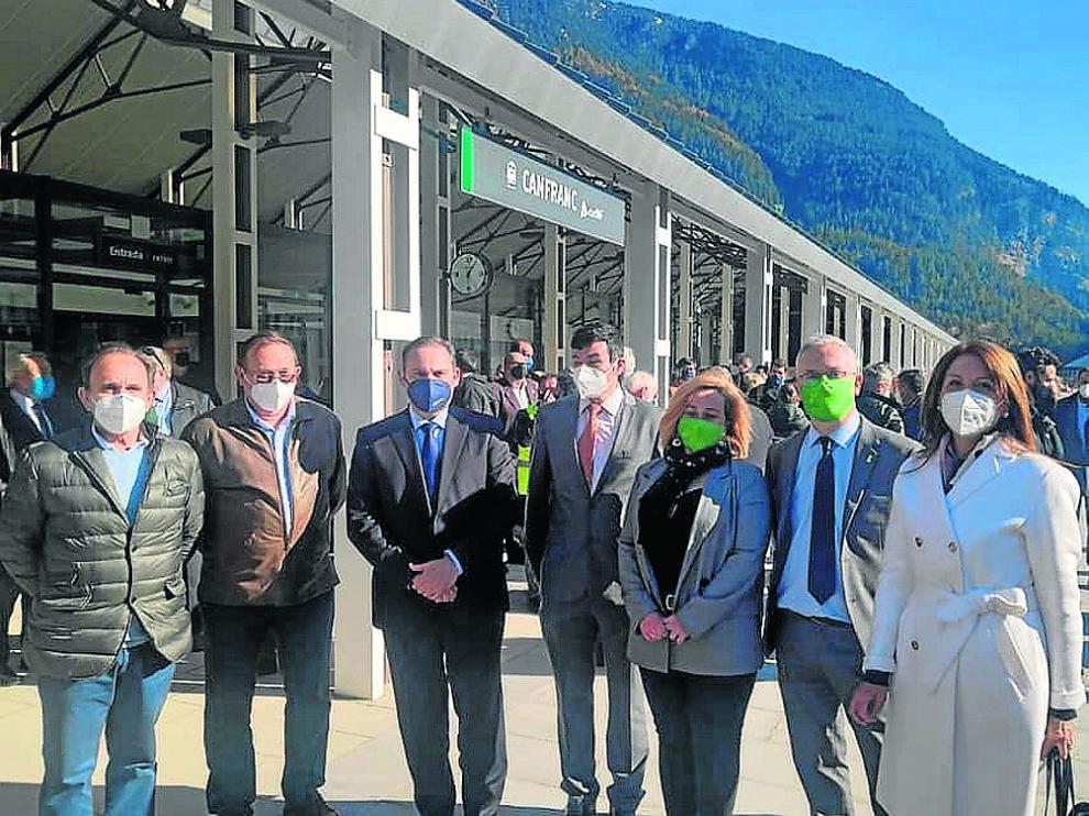 Representantes municipales de la zona, con el ministro Ábalos, el pasado jueves en Canfranc.