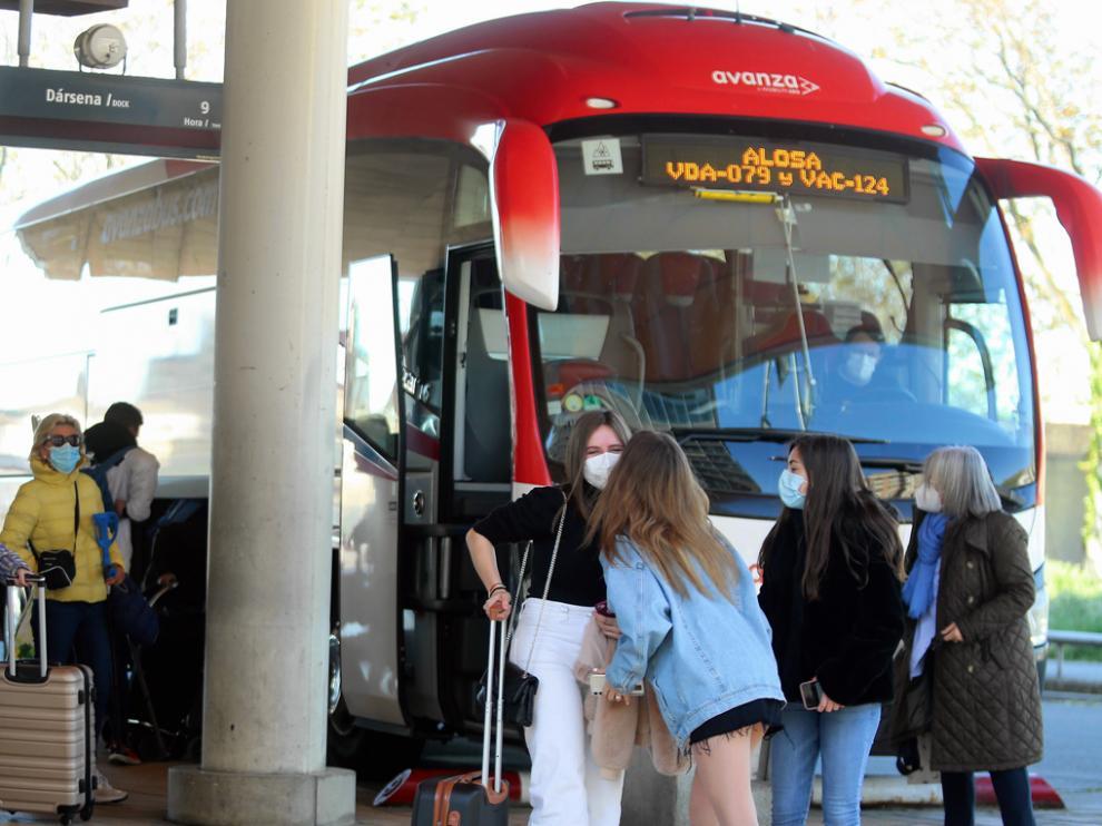 Viajeros a punto de coger un autobús, ayer en la estación Intermodal.