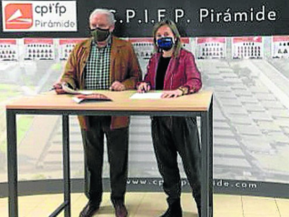 Ángel Cabellud y Sonia Gil durante la firma del acuerdode colaboración.