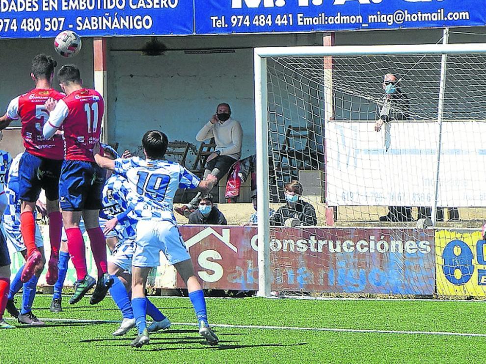 Héctor Alcoba remata de cabeza en una jugada de ataque serrablesa en la portería defendida por David Salas.