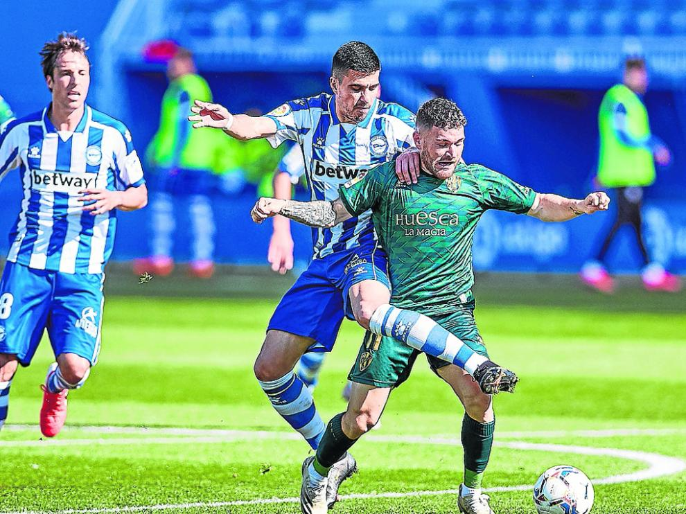 Javi Galán trata de mantener el balón ante un jugador del Alavés.