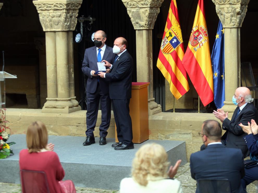 Javier Lambán entregando la medalla al mérito cultural a la Hermandad de San Juan de la Peña