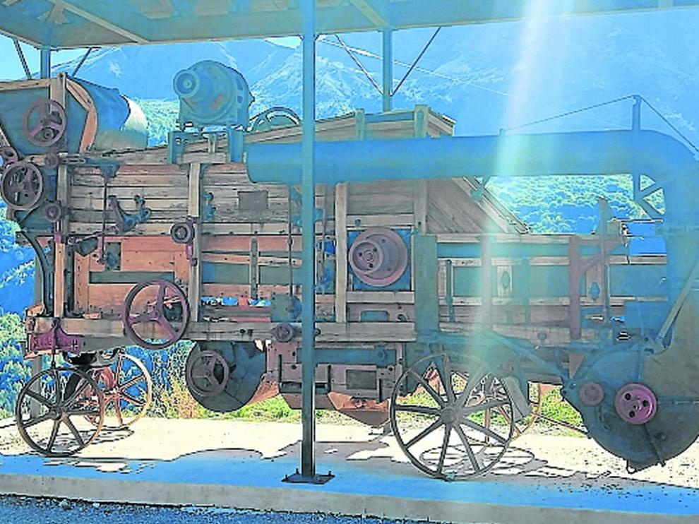 La trilladora de Chirosé está instalada a la entrada de Piedrafita de Jaca.