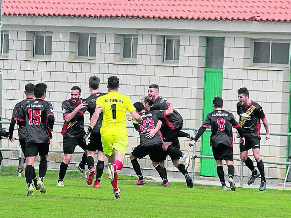 Los jugadores del Barbastro celebran un gol en un partido de esta temporada en Calamocha.