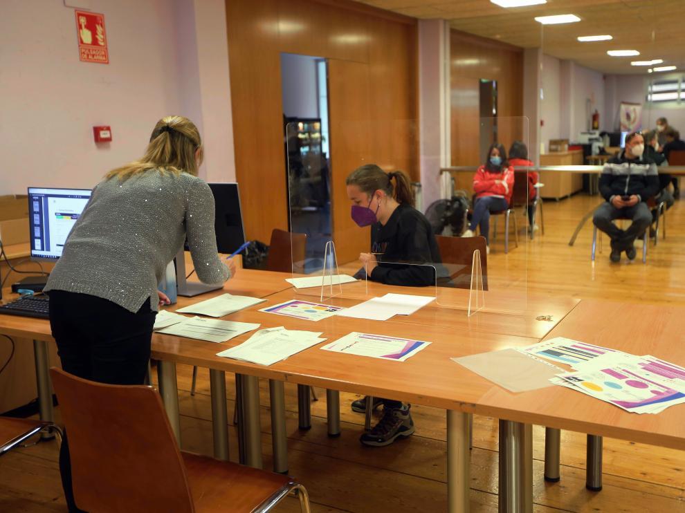 Consulta en la Oficina de Escolarización de Huesca este martes.
