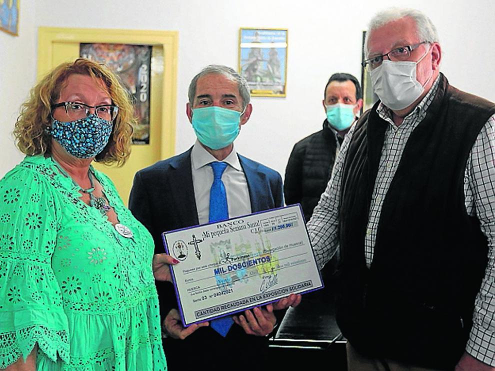 Carlos Jalle entregando el cheque por valor de 1.200 euros a la Asociación Parkinson Aragón.