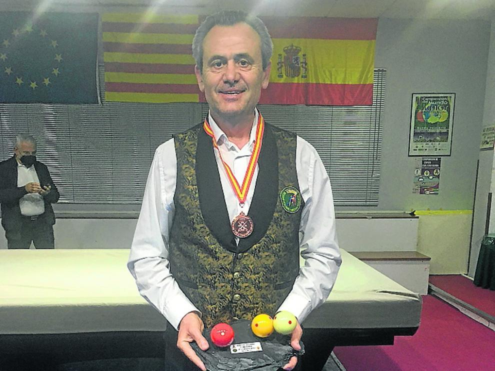 Carmelo Garcés, con la medalla de bronce y el trofeo acreditativo en el Campeonato de España.