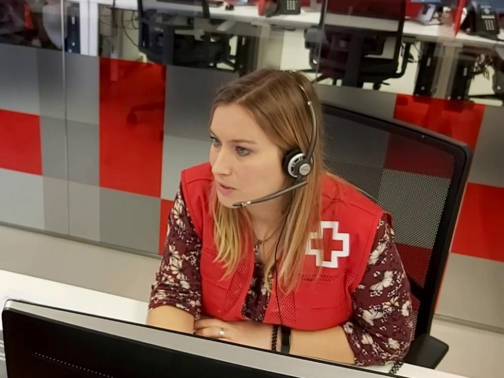 Operadora de Cruz Roja atendiendo una llamada