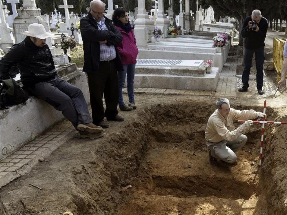 Trabajos de excavación en busca de víctimas de la guerra civil