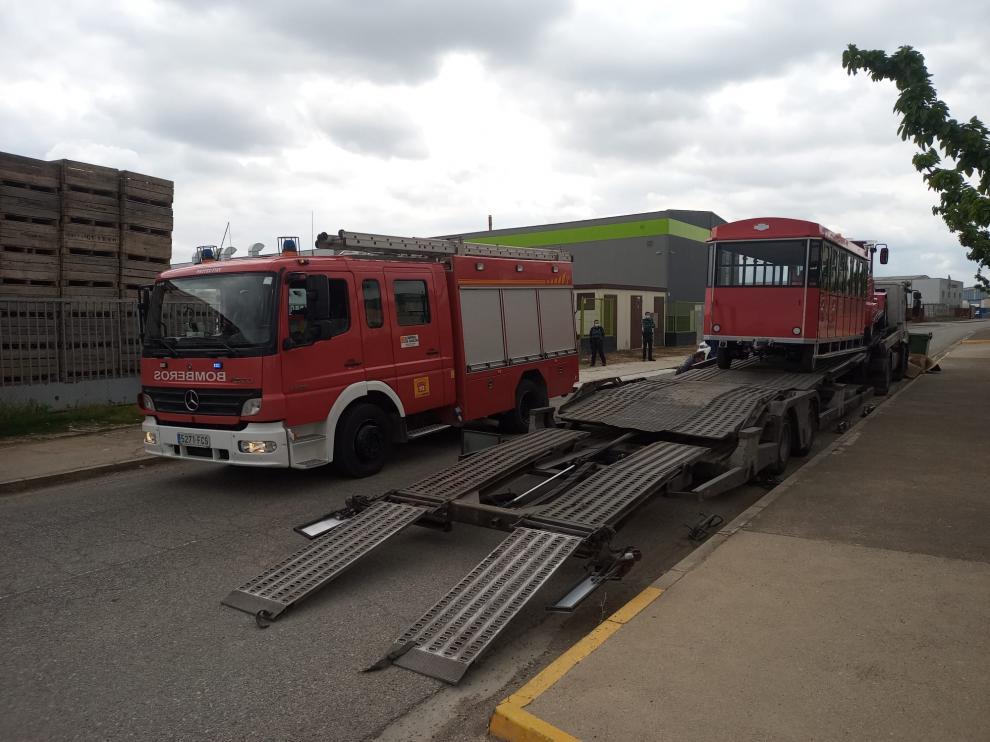 El camión con el tren turístico donde se ha producido al accidente mortal, este mediodía en Fraga.