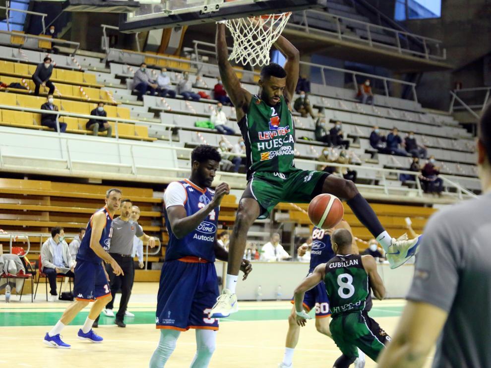 Miki Moore hace un mate en el partido contra el Burgos en el Palacio de los Deportes.