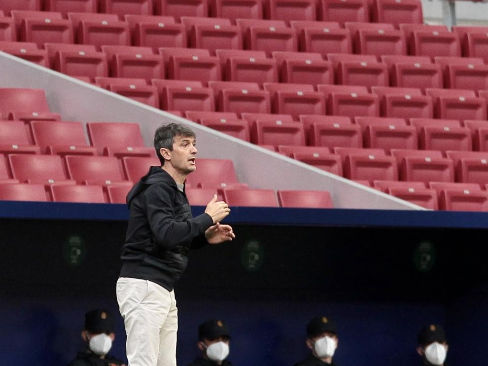 Pacheta hace indicaciones a sus jugadores durante el partido ante el Atlético.